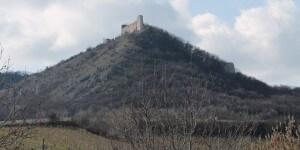 Pohled na zříceninu hradu Děvičky a pálavskou přírodu