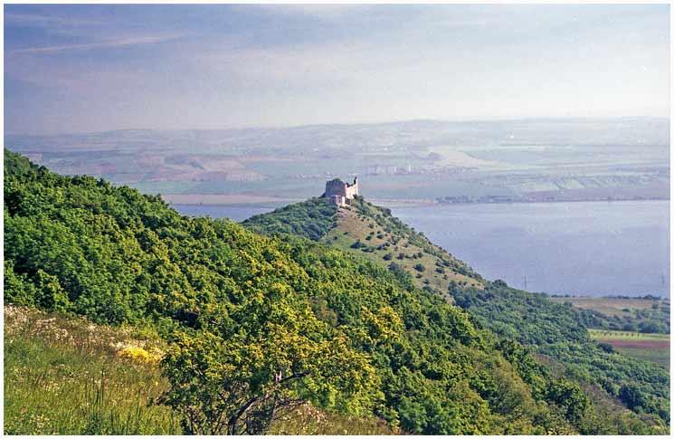 Pohled na zříceninu hradu Děvičky v Pavlově