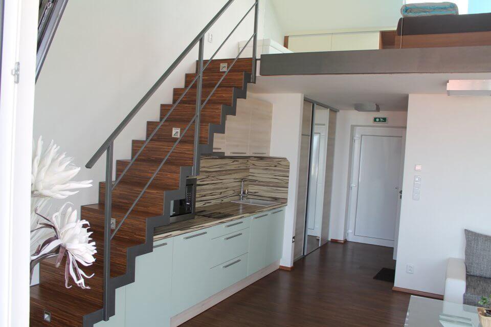 Kuchyně a schody k mezonetu|palava-apartman.cz