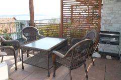 Zahradní nábytek a plynový gril na terase